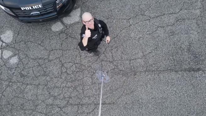 El policía agradeció el gesto de Beech.
