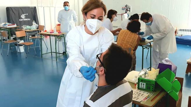 Sanitario realiza una PCR