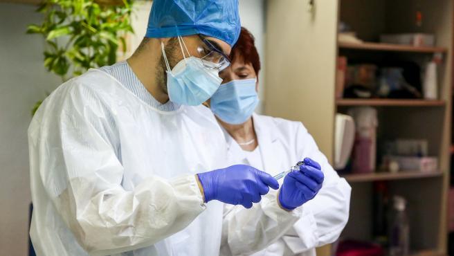 Sanitarios de una residencia madrileña manipulan la vacuna contra la Covid-19.