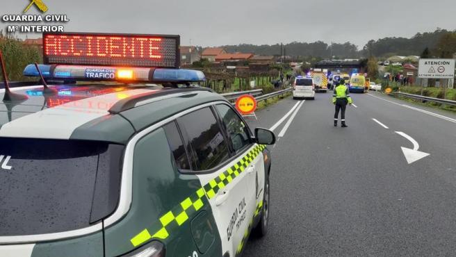 Un vehículo de la Guardia Civil desplazado al lugar de un accidente