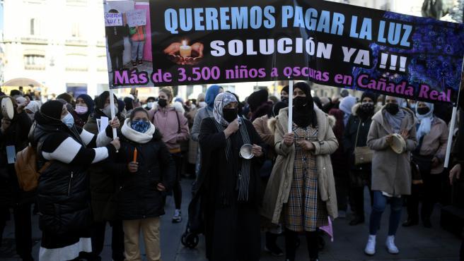 Vecinas de Cañada Real con pancartas reivindicativas durante una manifestación en la Puerta ante la sede del Gobierno regional. Archivo.