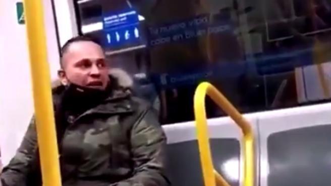 Momento en el que el hombre amenaza a todos los pasajeros del vagón.
