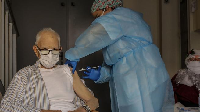 Batiste Martí, interno de la residencia de mayores Virgen del Milagro de Rafelbunyol (Valencia), de 81 años, ha sido la primera persona en recibir la vacuna frente a la Covid-19 en la Comunitat