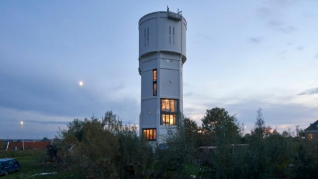 Los dos primos transformaron la torre de agua en dos viviendas.