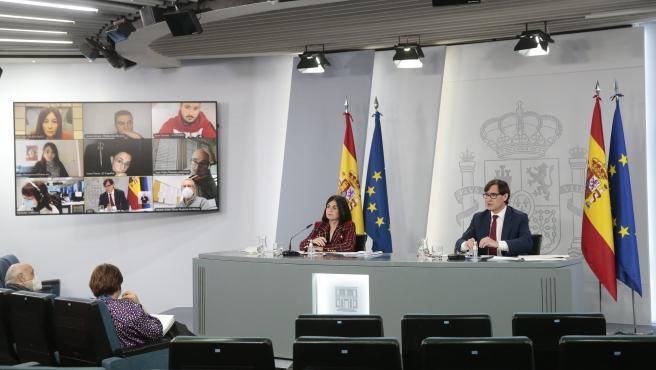El ministro de Sanidad, Salvador Illa, y la ministra de Política Territorial, Carolina Darias, este viernes en Moncloa.