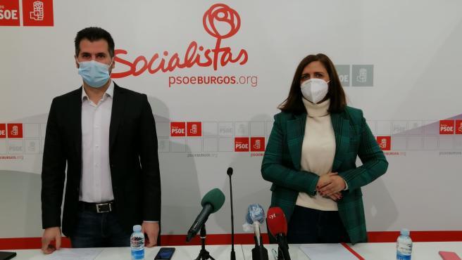 Luis Tudanca, secretario general del PSCyL, y Ester Peña, secretaria de los socialistas en Burgos.