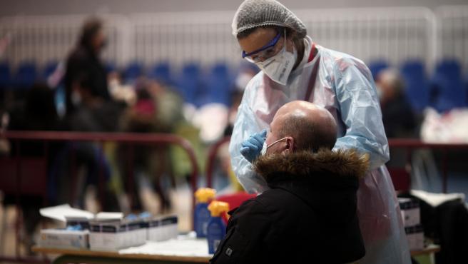 Un sanitario realiza test de antígenos de detección del covid, en la Zona Básica de Salud de Felipe II, en Móstoles.