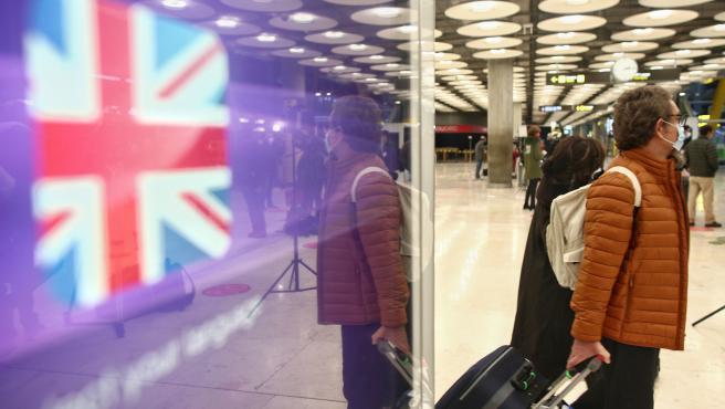 Viajeros en la zona de llegadas de la terminal T4 del Aeropuerto Adolfo Suárez Madrid-Barajas, un día antes de la suspensión de los vuelos procedentes de Reino Unido, en Madrid (España), a 21 de diciembre de 2020. El Gobierno ha decidid