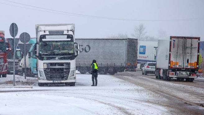 Varios camiones parados a causa de la nieve tras el paso de la borrasca Filomena.