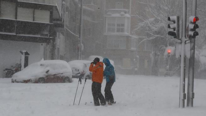 Esta pareja aprovechó para pasear en la histórica nevada.
