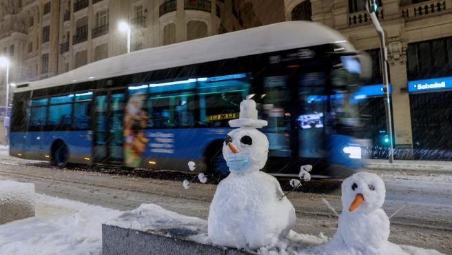 Dos muñecos de nieve en plena Gran Vía, una imagen insólita.