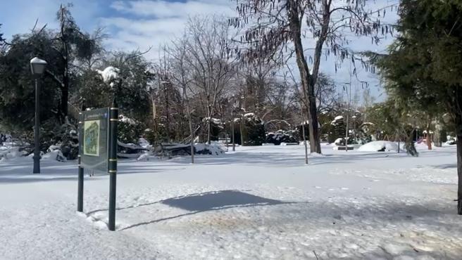 El Parque del Retiro continúa completamente nevado este domingo