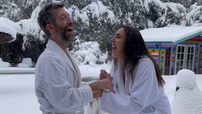 Paz Padilla, acompañada por Xoan Viqueira, intentan imitar a Cristina Pedroche posando desnudos en la nieve.