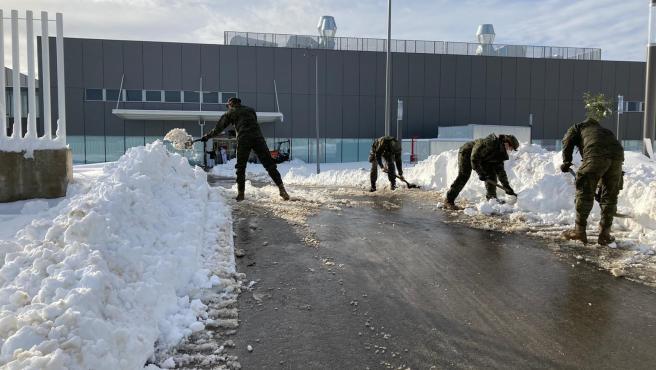 Militares de la UME despejan la entrada del hospital Isabel Zendal en Madrid.
