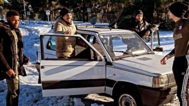 Varios jugadores del Atlético con un Fiat Panda 4x4