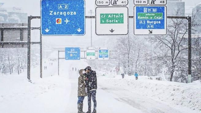 La pareja misteriosa besándose en la A2 bajo la nieve.