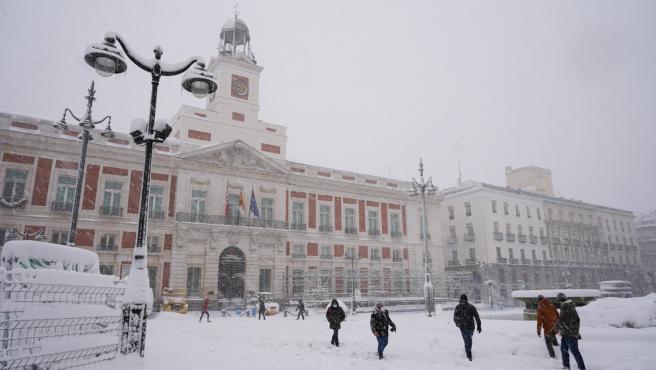 La Puerta del Sol cubierta de nieve como resultado de la borrasca Filomena, en Madrid (España) a 9 de enero de 2021. El temporal de precipitación, frío y sobre todo de nevadas provocado por la borrasca 'Filomena' y que se agudizará est