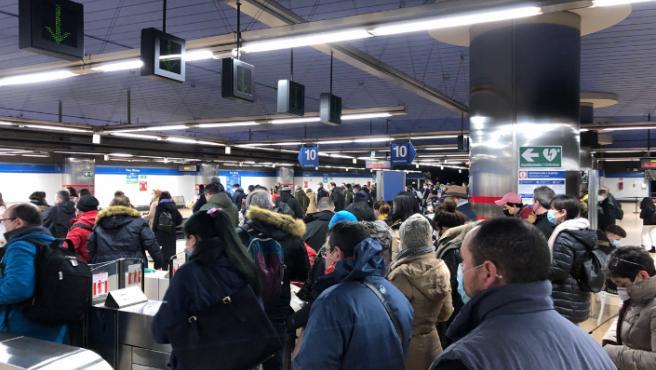 Los viajeros no guardan la distancia de seguridad por la pandemia de coronavirus, en el acceso de una de las estaciones de Metro Norte, en Madrid.