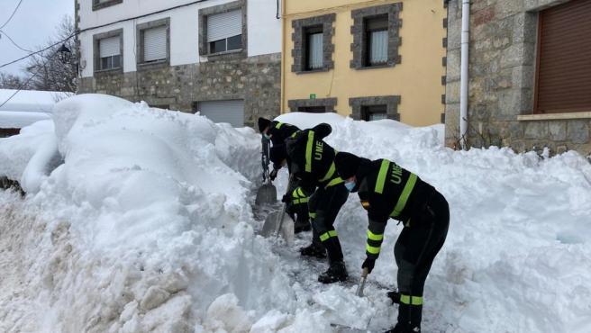 Efectivos de la UME retiran nieve en Léon..