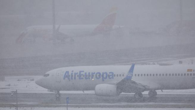 Un avión de la compañía Air Europa en el Aeropuerto de Madrid-Barajas Adolfo Suárez, en Madrid (España), a 8 de enero de 2021.