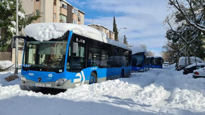 Varios autobuses de la Empresa Municipal de Transportes (EMT) tras la nevada fruto del temporal Filomena