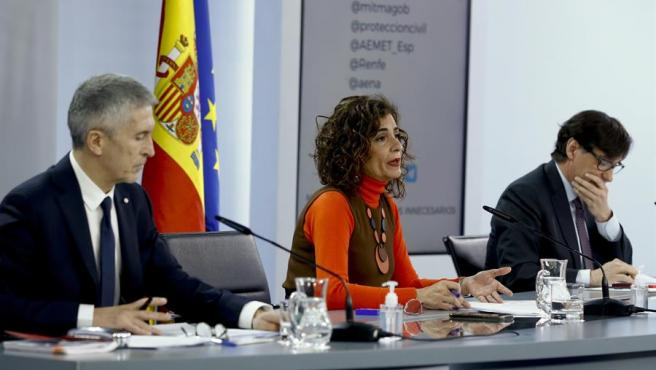 La ministra de Hacienda y portavoz del Gobierno, María Jesús Montero, con los titulares de Interior, Fernando Grande Marlaska y Sanidad, Salvador Illa.