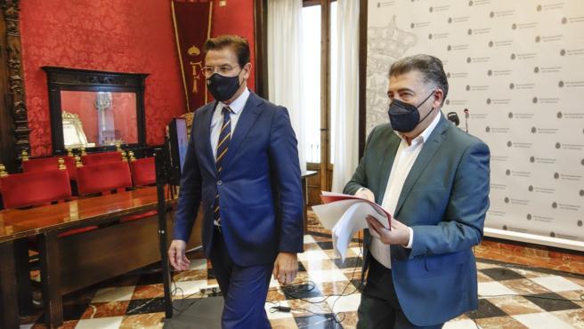 El Defensor de la Ciudadanía de Granada, Manuel Martín, a la derecha, en una imagen de archivo con el alcalde, Luis Salvador