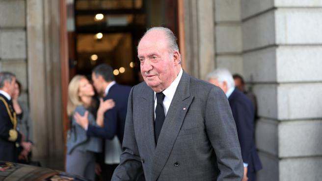 El rey emérito, Juan Carlos entra en la capilla ardiente para despedir a Alfredo Pérez Rubalcaba en el Congreso de los Diputados