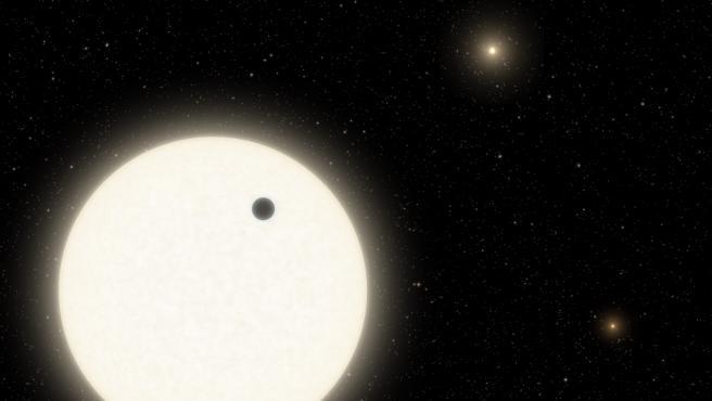 Esta ilustración muestra el planeta KOI-5Ab en tránsito por la cara de una estrella similar al Sol, que es parte de un sistema de estrellas triples ubicado a 1.800 años luz de distancia en la constelación de Cygnus CALTECH/R. HURT 5/1/2021