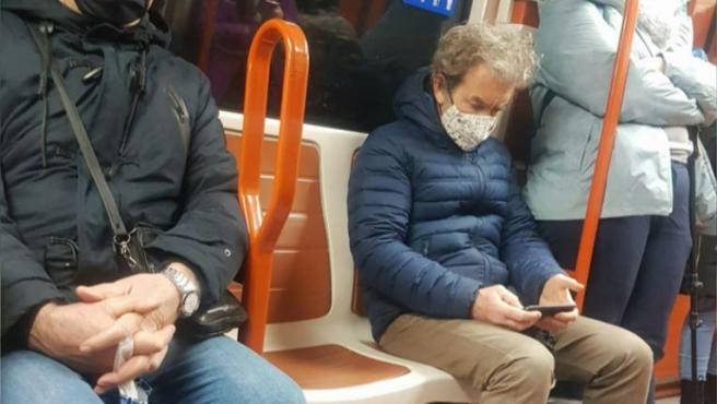 Imagen de Fernando Simón cogiendo el metro de Madrid.