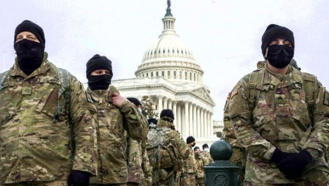 Miembros de la Guardia Nacional de Nueva York forman en el Capitolio en Washington.