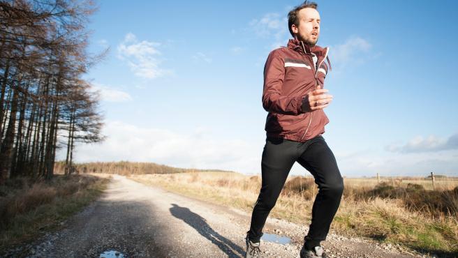 Correr estaría dentro de los ejercicios vigorosos que se relacionan con una mejor salud cerebral en la vejez