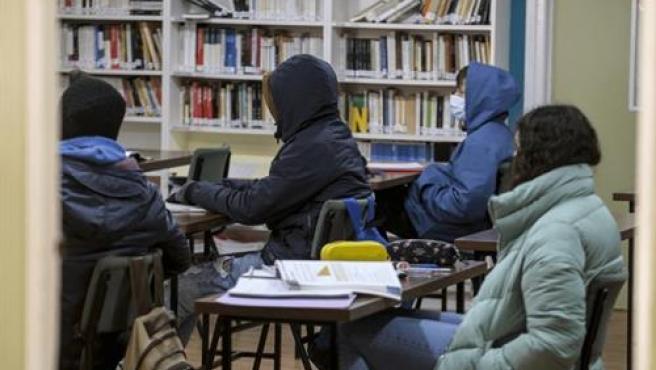 Estudiantes dando clase con abrigo por la ola de frío y por la apertura de ventanas por el COVID-19.