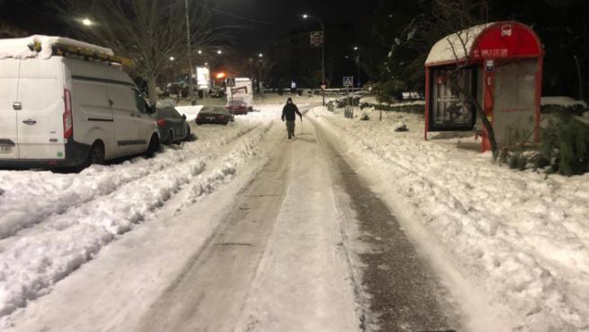 La nieve congelada de la borrasca Filomena hace difícil caminar por una calle de San Sebastián de los Reyes, en Madrid.