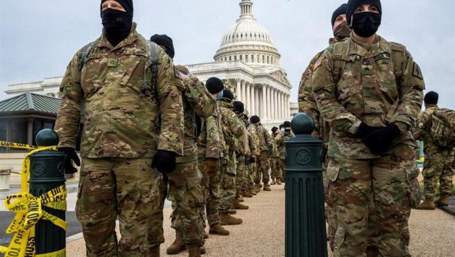 Miembros de la Guardia Nacional de Nueva York, junto al Capitolio, en Washington DC (EE UU).