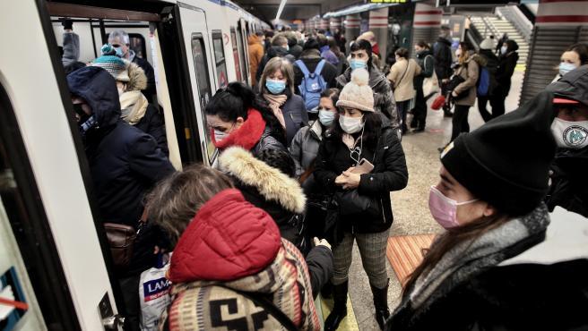 Viajeros en un andén de metro lleno de gente a su paso por la estación de Atocha Renfe, en Madrid (España), a 11 de enero de 2021. A, en Madrid (España), a 11 de enero de 2021. Adif restableció ayer la circulación, interrumpida a caus