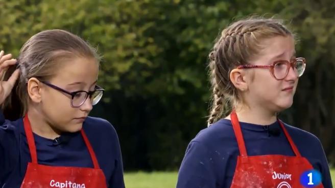 Adriana y Henar, en 'MasterChef Junior'.