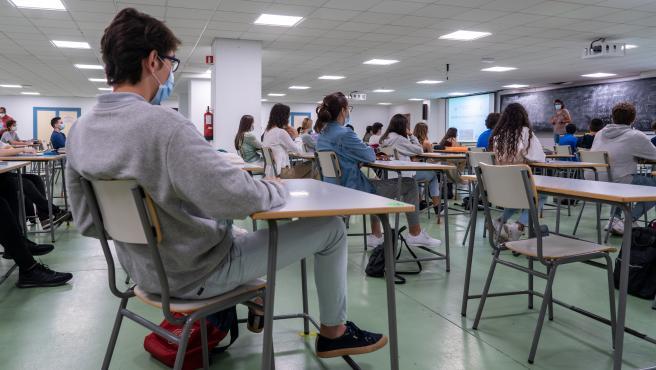 Alumnos en un aula con medidas Covid-19