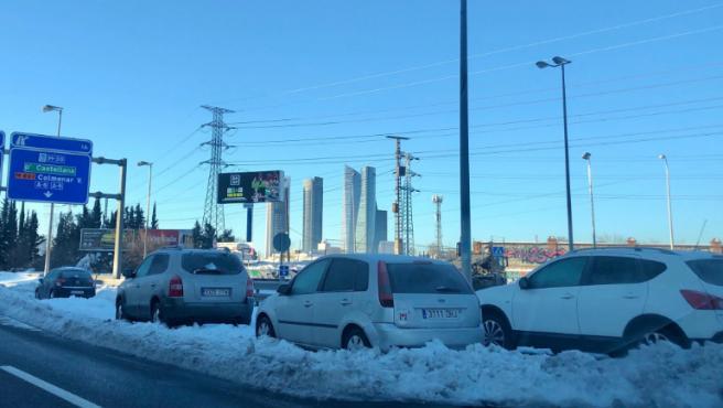Todavía quedan muchos coches atrapados en el hielo, en las carreteras de acceso a Madrid.