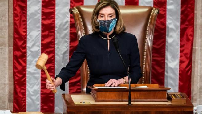 La presidenta de la Cámara de Representantes de EE UU, la demócrata Nancy Pelosi, certifica con un mazazo el resultado que aprueba el segundo 'impeachment' a Trump.