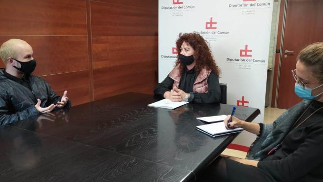 La adjunta de Igualdad de la Diputación del Común, Beatriz Barrera, en una reunión con la asociación 'Transgirls'