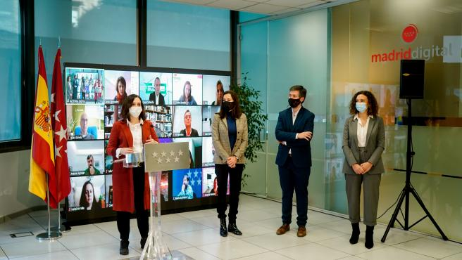La presidenta Isabel Díaz Ayuso junto a la consejera Eugenia Carballedo durante la presentación del proyecto Factoría Digital.