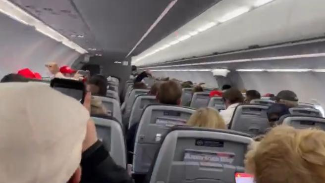 Pasajeros de American Airlines que gritaban consignas patrióticas.