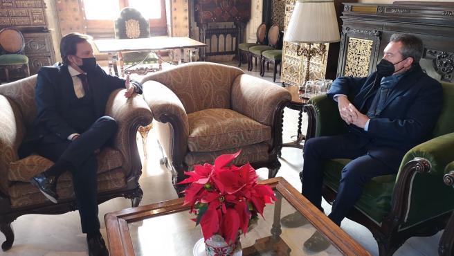 El presidente de la AEPS, Salvador Toscano, con el alcalde de Sevilla.