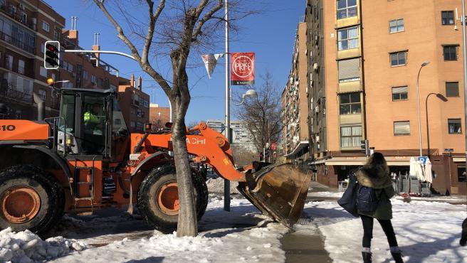 Una excavadora, este miércoles, retirando nieve en la calle Antonio López, cerca del centro comercial Madrid Río 2.