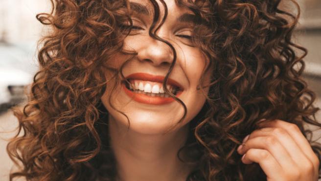 El método 'curly' promueve la hidratación del cabello.