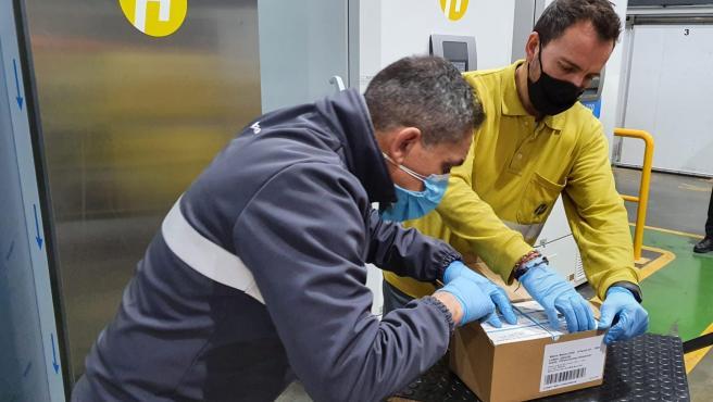 Empleados de Hefame recepcionan la vacuna de Moderna