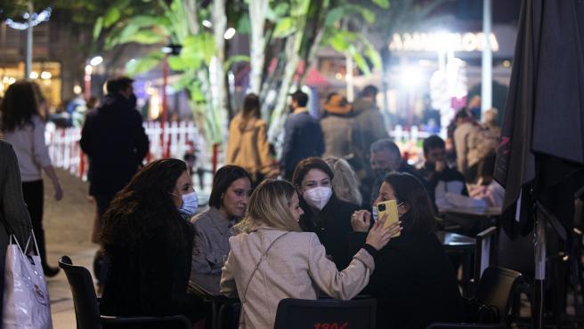 Varios comensales en la terraza de un bar de Sevilla.