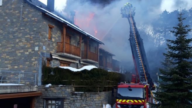 Bomberos de la Diputación de Huesca trabajan en la extinción de un incendio de viviendas en Tramacastilla de Tena.