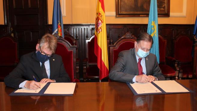 El alcalde de Oviedo, Alfredo Canteli, firma un convenio con el presidente del Colegio Oficial de Aparejadores y Arquitectos Técnicos de Asturias, Joaquín Antonio Suárez.